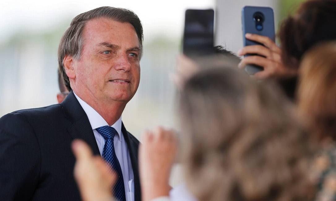 Jair Bolsonaro ao conversar com apoiadores em frente ao Palácio da Alvorada Foto: Adriano Machado / REUTERS