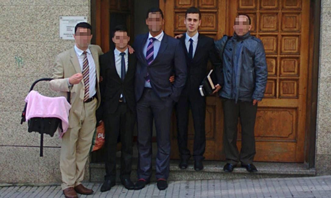 Samuel (segundo à direita) com outros fiéis da Congregação Cristã na Espanha, na rua Pardo de Cela em La Coruña Foto: Jefferton Ferreira/Reprodução